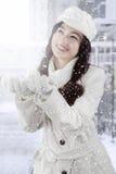 Copo de nieve de cogida del adolescente bonito con las palmas Imagen de archivo libre de regalías