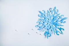 Copo de nieve de papel fino cortado Fotos de archivo