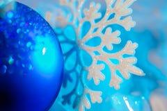 Copo de nieve de plata del invierno con la bola del Año Nuevo Imagen de archivo