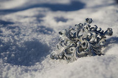 Copo de nieve de plata en nieve imagen de archivo