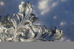 Copo de nieve de plata en nieve imagen de archivo libre de regalías
