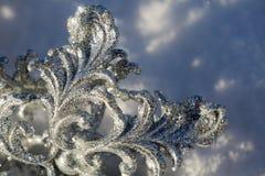 Copo de nieve de plata en nieve Fotos de archivo