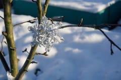 Copo de nieve de plata en nieve Foto de archivo