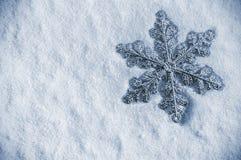 Copo de nieve decorativo en la nieve para la Navidad de los días de fiesta Imágenes de archivo libres de regalías