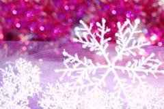 Copo de nieve del día de fiesta en el fondo violeta Imagen de archivo libre de regalías