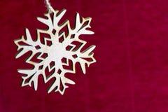 Copo de nieve en el fondo rojo, Año Nuevo, la Navidad, día de fiesta Imagen de archivo libre de regalías