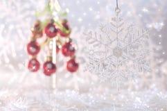Copo de nieve en fondo de la Navidad con las bolas de la Navidad Imágenes de archivo libres de regalías