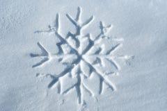 Copo de nieve escrito en nieve Imagen de archivo libre de regalías
