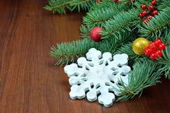 Copo de nieve hecho a mano en las ramas de un árbol de navidad Imagen de archivo libre de regalías