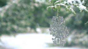 Copo de nieve de la decoración de la Navidad que cuelga en árbol de abeto nevoso almacen de metraje de vídeo