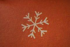 Copo de nieve - símbolo del invierno o de la Navidad en el tiro macro de papel Fotos de archivo libres de regalías