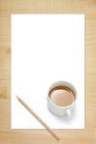 Copo de papel em branco, de lápis e de café Fotografia de Stock