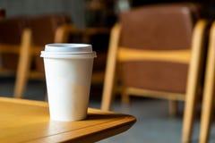 copo de papel quente do caf? na cafetaria imagem de stock