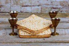 Copo de prata do vinho com matzah, símbolos judaicos para o feriado de Pesach da páscoa judaica Conceito da páscoa judaica imagem de stock royalty free