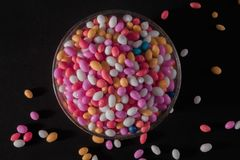 Copo de Sugar Coated Colorful Fennel Seeds imagens de stock royalty free