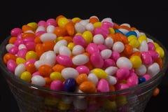 Copo de Sugar Coated Colorful Fennel Seeds imagem de stock royalty free