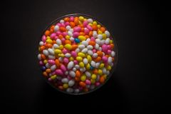 Copo de Sugar Coated Colorful Fennel Seeds foto de stock