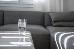 Copo de vidro meio cheio na tabela de mármore Fotografia de Stock