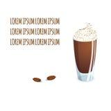 Copo de vidro transparente com bebida e feijões do café ilustração royalty free
