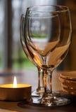 Copo de vinho no interior do café Fotografia de Stock Royalty Free