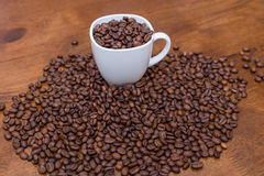 Copo do branco dos feijões de café Foto de Stock Royalty Free