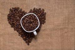 Copo do branco dos feijões de café Fotografia de Stock Royalty Free