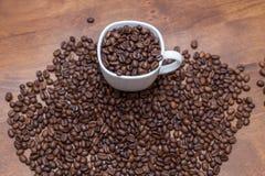 Copo do branco dos feijões de café Fotos de Stock Royalty Free