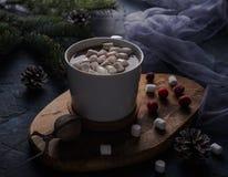 Copo do cacau com a árvore de Natal escura do amanhecer do inverno do chocolate quente do marshmallow imagens de stock