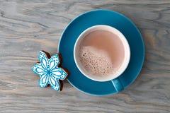 Copo do cacau com os doces do floco de neve do pão-de-espécie foto de stock
