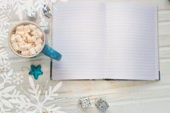 Copo do cacau ou do chocolate quente com marshmallow, decorati do feriado Imagens de Stock