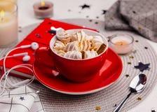 Copo do cacau quente com marshmallows e o caderno vermelho imagem de stock