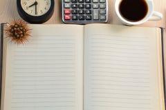 Copo do cacto, do pulso de disparo, da calculadora e de café na tabela Foto de Stock