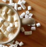 Copo do café da manhã com os marshmallows na superfície de madeira Fotografia de Stock Royalty Free