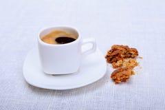 Copo do café do café na placa branca com a cookie das partes no fundo branco Imagens de Stock Royalty Free
