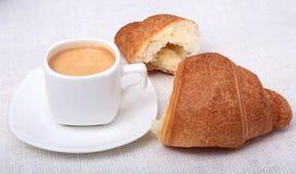 Copo do café do café na placa branca com a cookie das partes no fundo branco Imagens de Stock