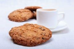 Copo do café do café na placa branca com a cookie das partes no fundo branco Imagem de Stock Royalty Free