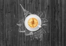Copo do café do cappuccino com compasso da imagem e vistas desenhados à mão fotografia de stock