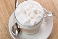 Copo do café do cappuccino no fundo de madeira Fotos de Stock Royalty Free