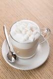 Copo do café do cappuccino no fundo de madeira Fotos de Stock