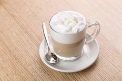 Copo do café do cappuccino no fundo de madeira Imagem de Stock