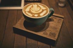 Copo do café do latte no estilo de madeira do vintage da pousa-copos Imagens de Stock