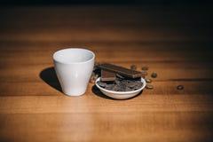 Copo do café e do chocolate quentes em uma tabela de madeira foto de stock