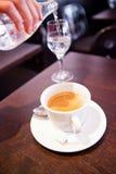 Copo do café e da água de derramamento Imagens de Stock Royalty Free