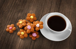Copo do café e de cookies quentes Fotografia de Stock Royalty Free