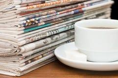 Copo do café e do jornal imagens de stock