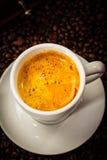Copo do café em feijões de café Fotografia de Stock