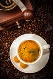 Copo do café em feijões de café Fotos de Stock