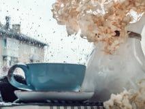 Copo do café forte, ramalhete de flores bonitas imagem de stock royalty free