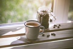 Copo do café fresco com bens na luz solar Foto de Stock Royalty Free
