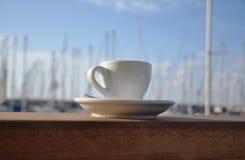 Copo do café na barra pela porta Fotografia de Stock Royalty Free